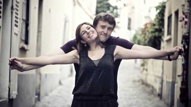 séance photo en amoureux  en extérieur sur paris  a Montmartre